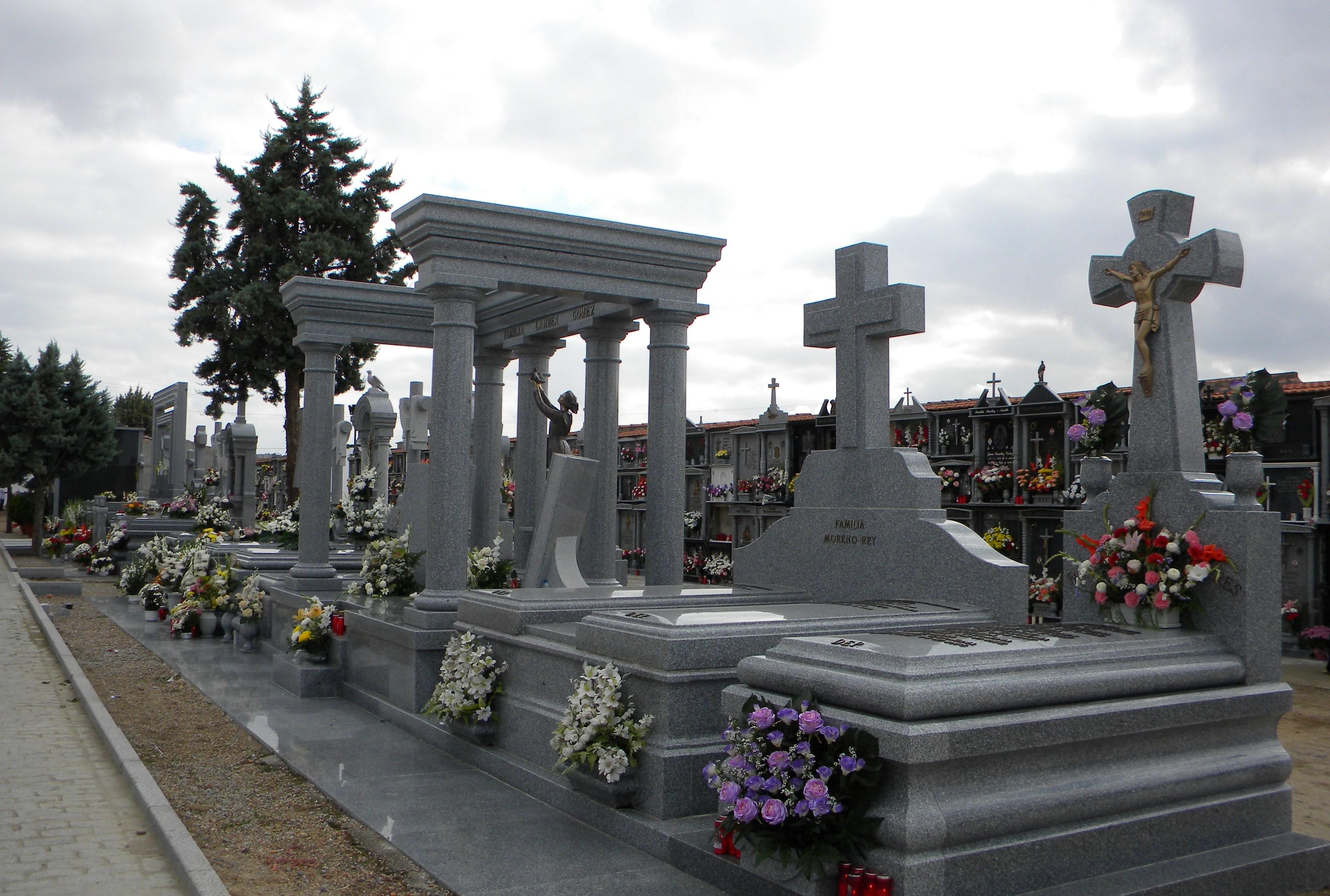 Aut nticos monumentos a los seres queridos for Piscina quintana de la serena